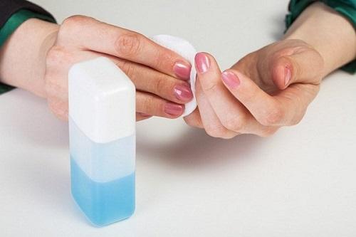 Cách vệ sinh giày trắng với nước tẩy sơn móng tay
