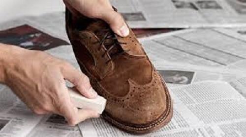Dùng tẩy bút chì, hoặc gôm để xóa các vết bẩn trên giày