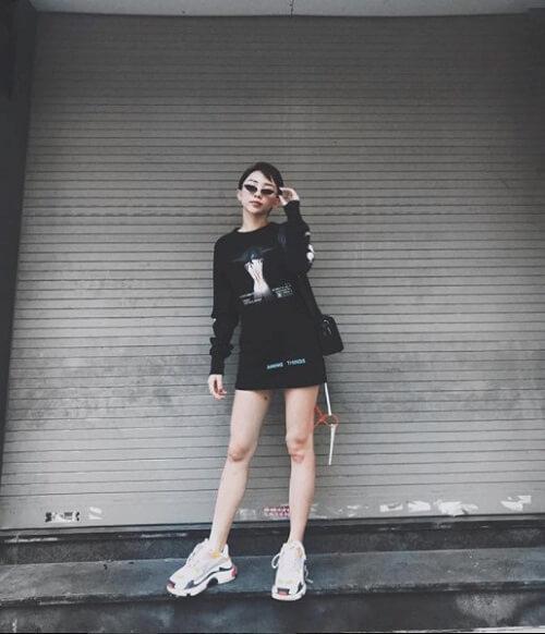 Cách phối giày Balenciaga nữ với váy ngắn, áo vest