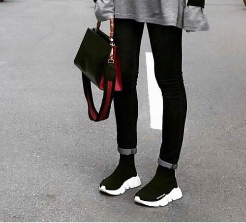 Kết hợp quần jeans, áo thun và giày Balenciaga