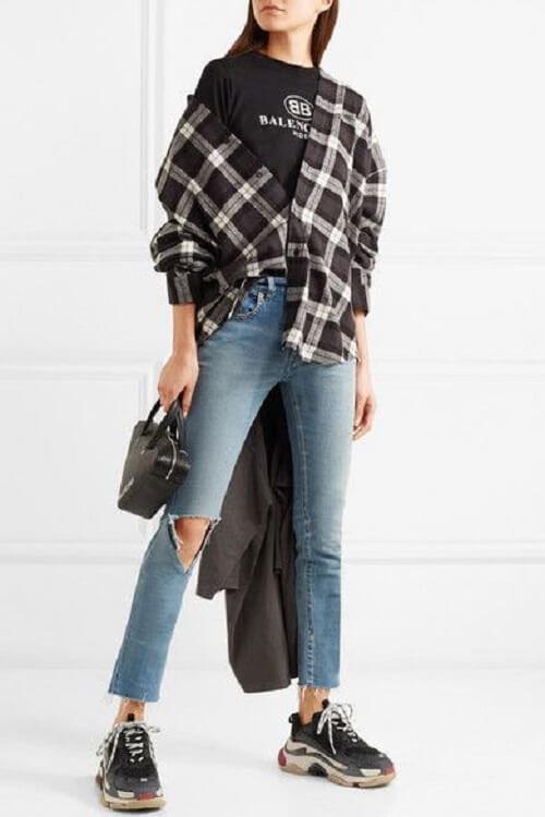 Mix đồ giày Balenciaga trắng với áo khoác dạ đen
