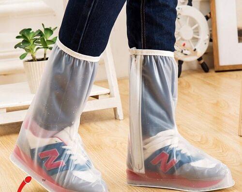Sử dụng bọc giày đi mưa
