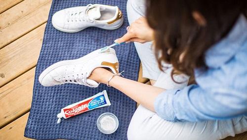 Sử dụng kem đánh răng để làm sạch giày trắng