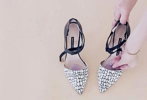 Giày da cao gót in họa tiết