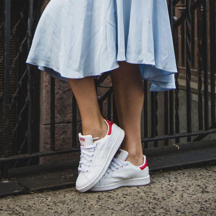 cách kết hợp giày thể thao với váy