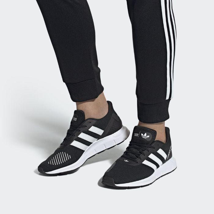 Giày chạy bộ của Adidas Swift Run3